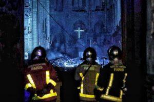 Davanti a Notre Dame come sentinelle aspettiamo l'aurora silvana de mari community